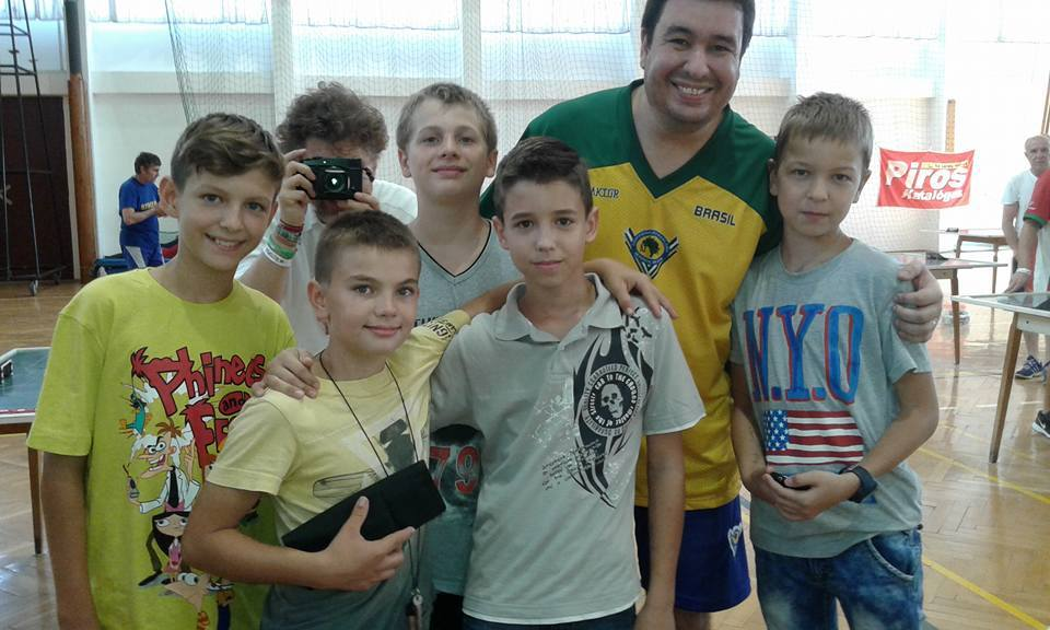 Crianças húngaras confraternizam com atletas brasileiros